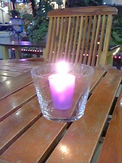 テーブルをほのかに照らすキャンドル