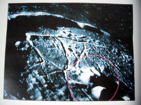 月面の宇宙人達の建造物が左側に映っている