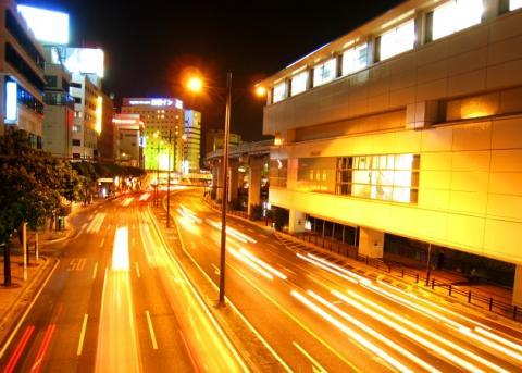ゆいレール旭橋駅前の歩道橋より泉崎方面を望む